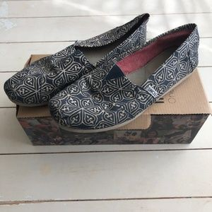 WITH BOX Toms Classics Black Crochet Shoes Size 9